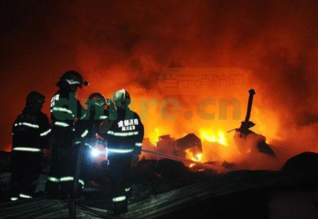 火场中洗衣机,冰箱等大量家用电器被大火烧毁,钢结构的仓库已被大火烧